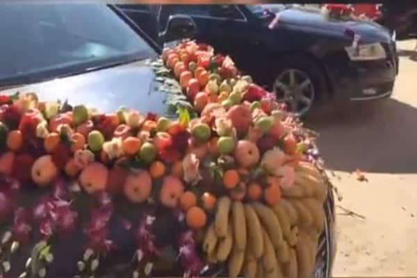 سيارة زفاف مزينة بالفاكهة تثير الجدل ..!